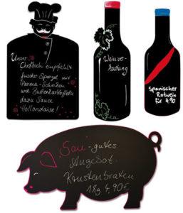 Kreidetafeln  in Formen als Schwein, Koch und Weinflaschen